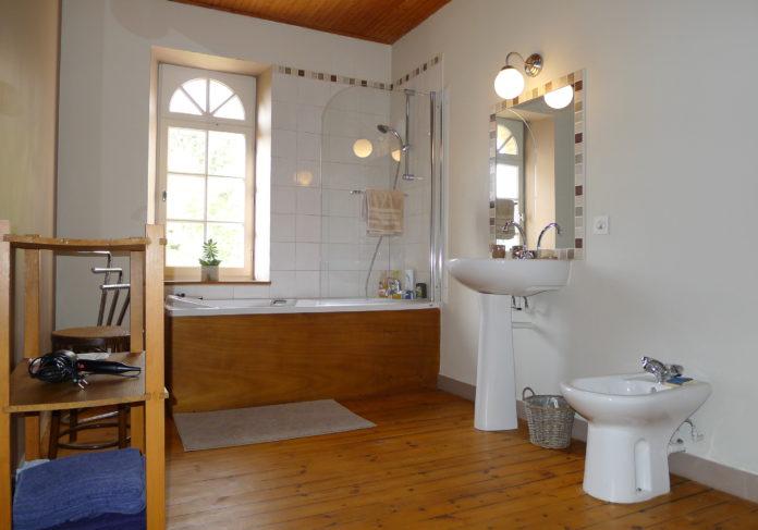 Grande salle de bain sur parquet