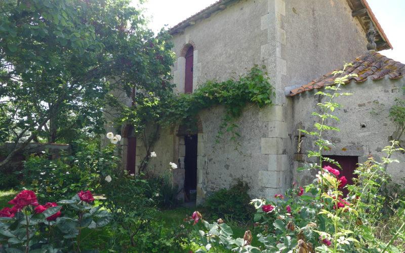 Les dépendances du château de La Girardière: vue de l'écurie