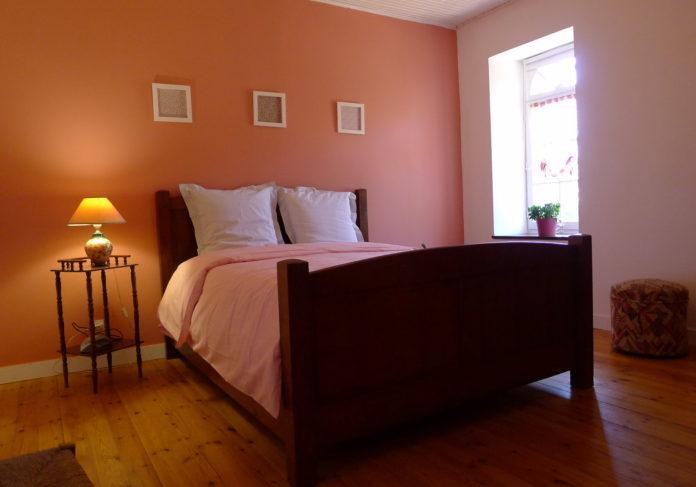 Chambre avec armoire et lit en chêne pour deux personnes